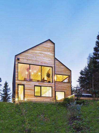 Fachada de casa de dos pisos estilo granero