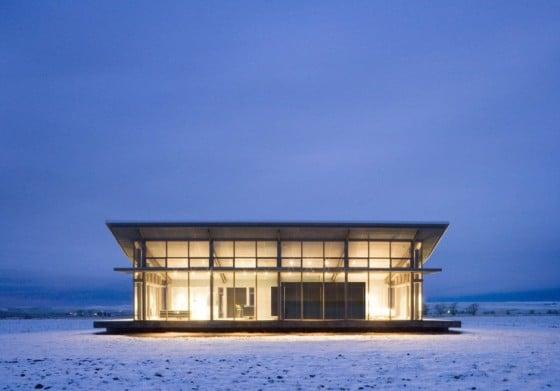 Fachada de casa de grandes ventanas