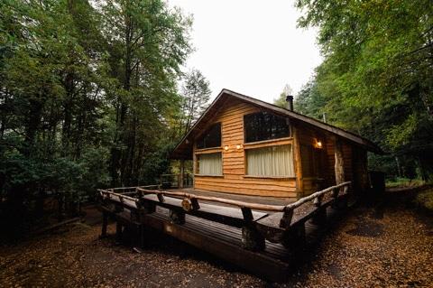 Fachada de casa de madera pequeña
