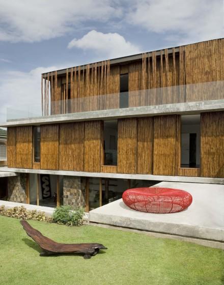 Fachada de casa rústica de bambú