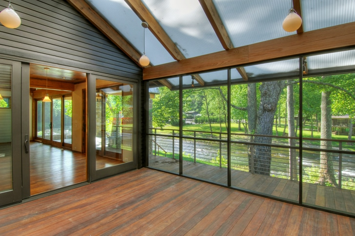 Dise o de casa rural de madera y piedra fachada e for Cubiertas transparentes para techos