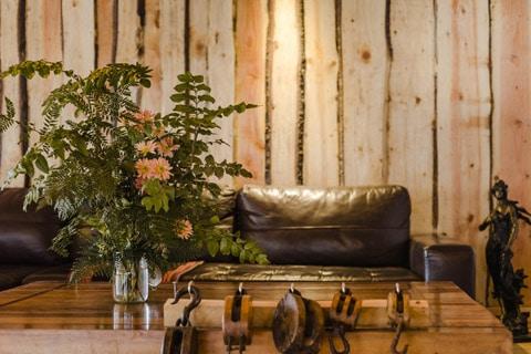 Dise o de casa peque a r stica hecha de madera y troncos for Materiales para decorar paredes interiores