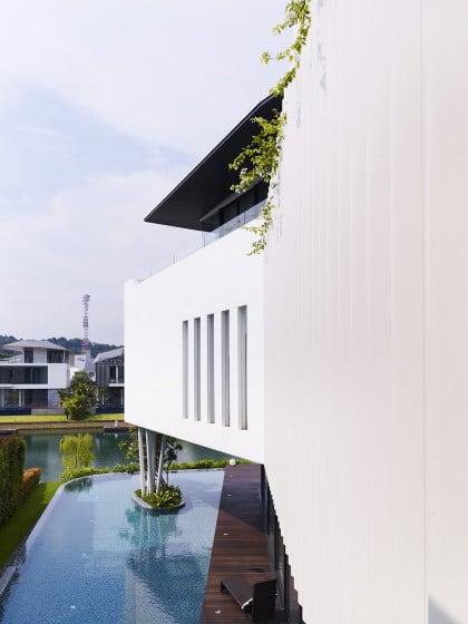 Vista del perfil de la moderna casa con espejo de agua