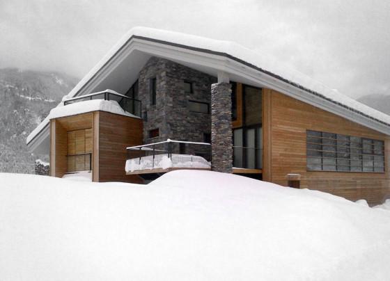 Casa madera y piedra con nieve