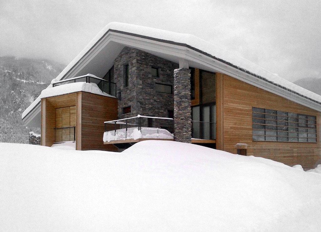 Dise o de casa moderna en la monta a fachada piedra madera - Casas piedra y madera ...