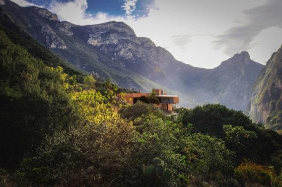 Diseño de casa moderna en montaña