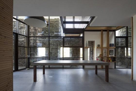 Decoración de interiores de casa piedra y madera