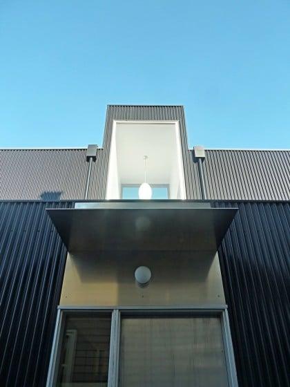 Detalles constructivos de puerta de ingreso a casa de dos pisos