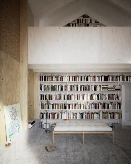 Diseño de biblioteca en casa enchapada de madera