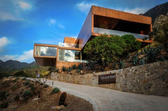 Dise o de casa moderna en la monta a construida en for Casa moderna hormigon