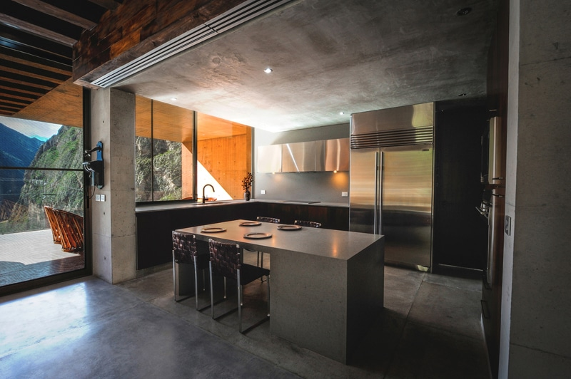 Dise o de casa moderna en la monta a construida en hormig n for Cocinas en terrazas