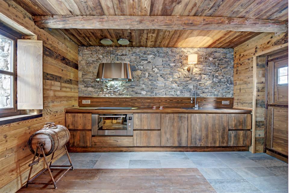 Dise o de interiores r stico uso de madera y piedra - Cocinas rusticas de madera ...