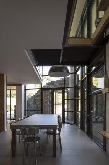 Diseño de comedor con muros de piedra