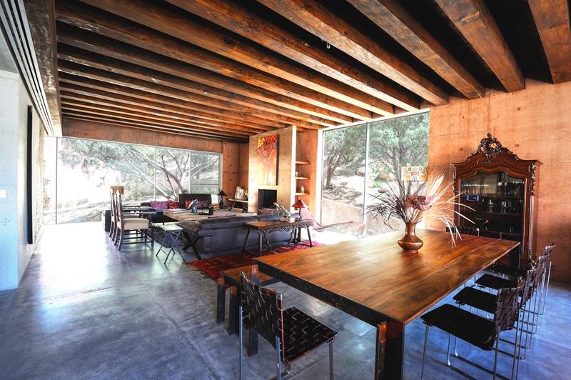 Dise o de casa moderna en la monta a construida en for Decoracion techos madera interior