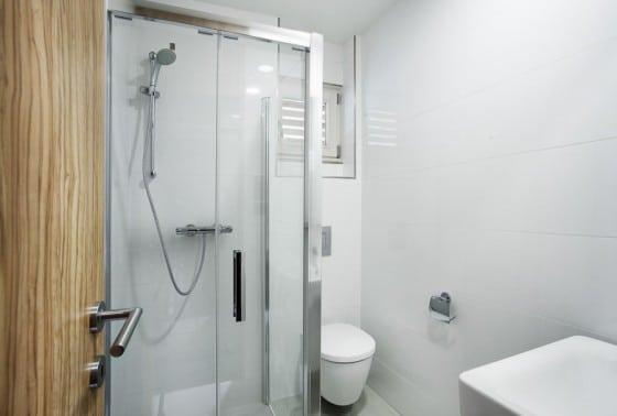 Diseño de cuarto de baño completo de color blanco