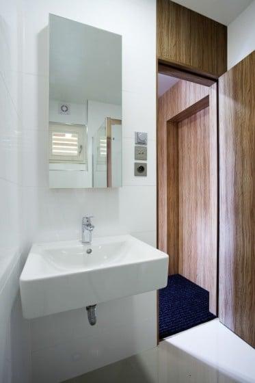 Diseño de cuarto de baño blanco pequeño