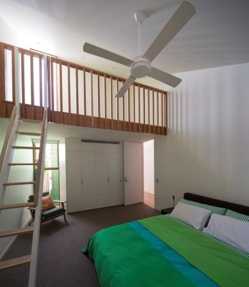 Diseño de dormitorio con mezzanine en color blanco