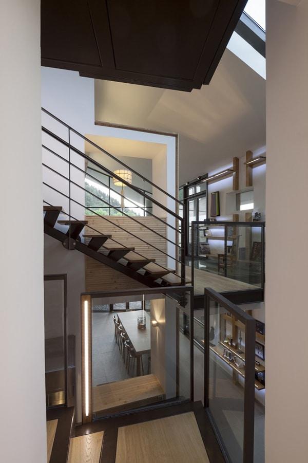 Dise o de casa moderna en la monta a fachada piedra for Planos de escaleras de hierro