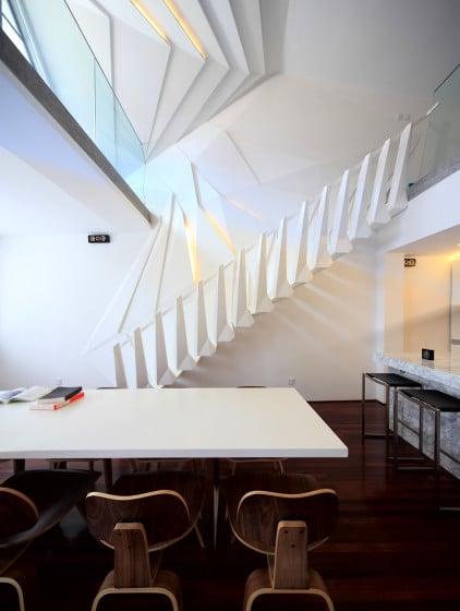 Diseño de escalera moderna con formas geométricas