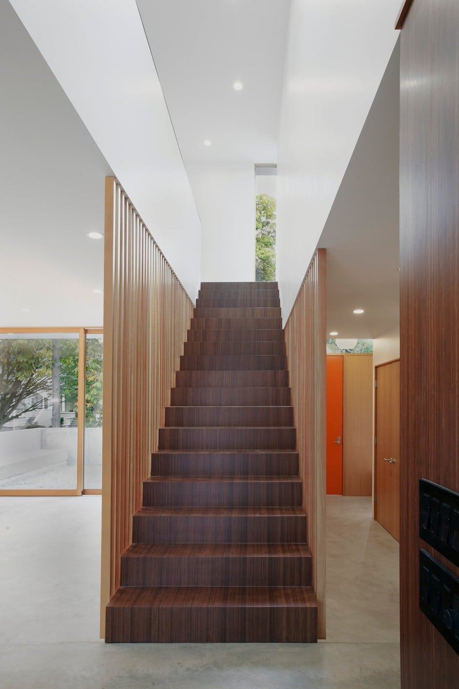 Planos de casa de dos pisos en terreno peque o construye for Tipos de escaleras para casas de 2 pisos