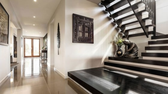 Casa de dos pisos moderna fachada y dise o de interiores for Pisos para escaleras minimalistas