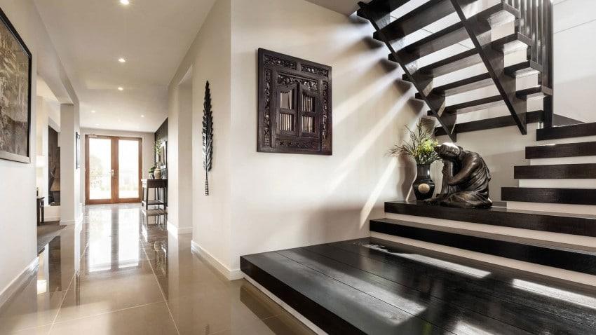 Casa de dos pisos moderna fachada y dise o de interiores for Huecos de escaleras modernos