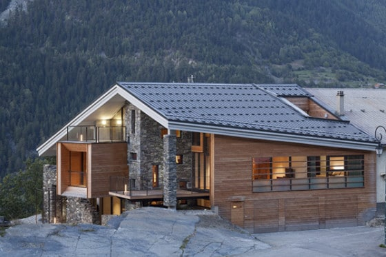 Diseño de fachada de casa moderna madera y piedra