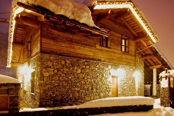 Diseño de fachada rústica por la noche