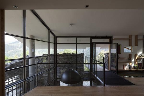 Dise o de casa moderna en la monta a fachada piedra madera for Diseno de la casa interior