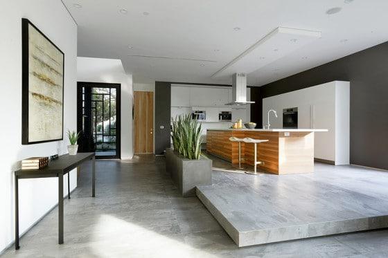 Diseño de moderna cocina elevada una grada del nivel cero del piso