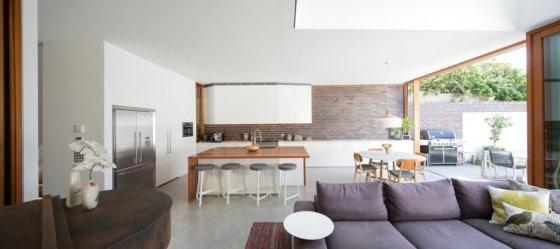 Diseño de sala comedor y cocina con paredes de ladrillo caravista