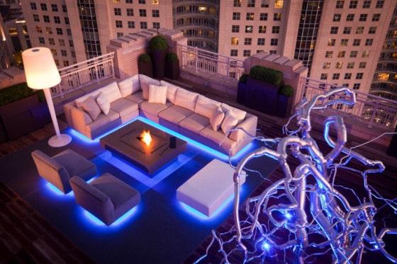 Diseño de terraza con muebles iluminados