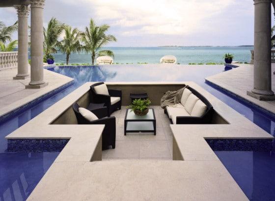 Diseño de terraza original dentro de una piscina
