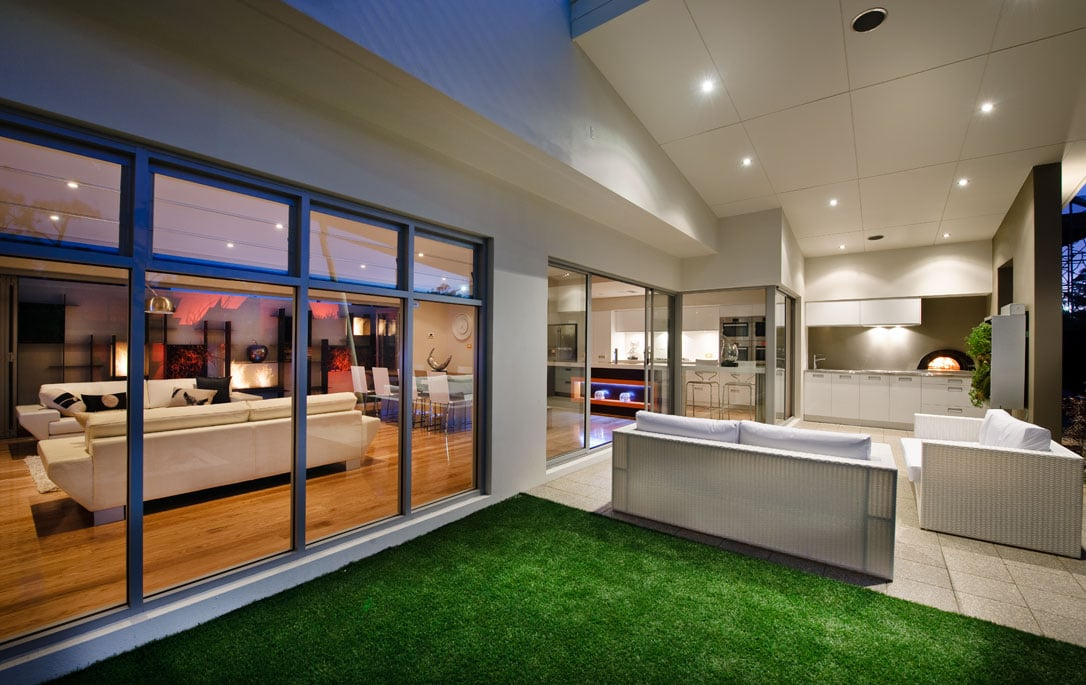 Moderna casa de dos plantas con dise o interior que for Modelos de terrazas modernas