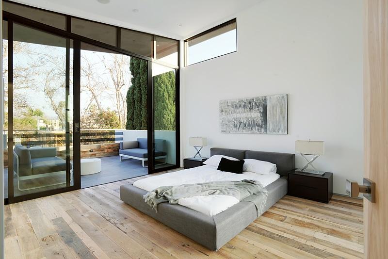 Dise o de casa moderna de dos pisos fachada e interiores for Terrazas internas