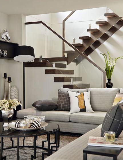 Escalera con manubrios de madera y vidrio