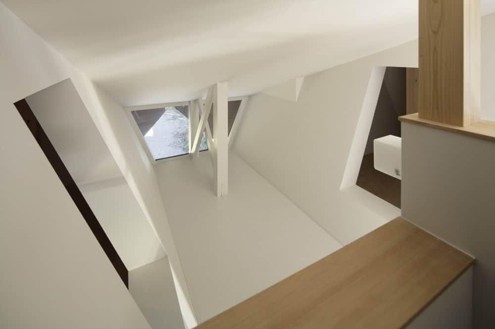Casa De Dos Pisos Con Techo Tipo Origami Para Protecci N