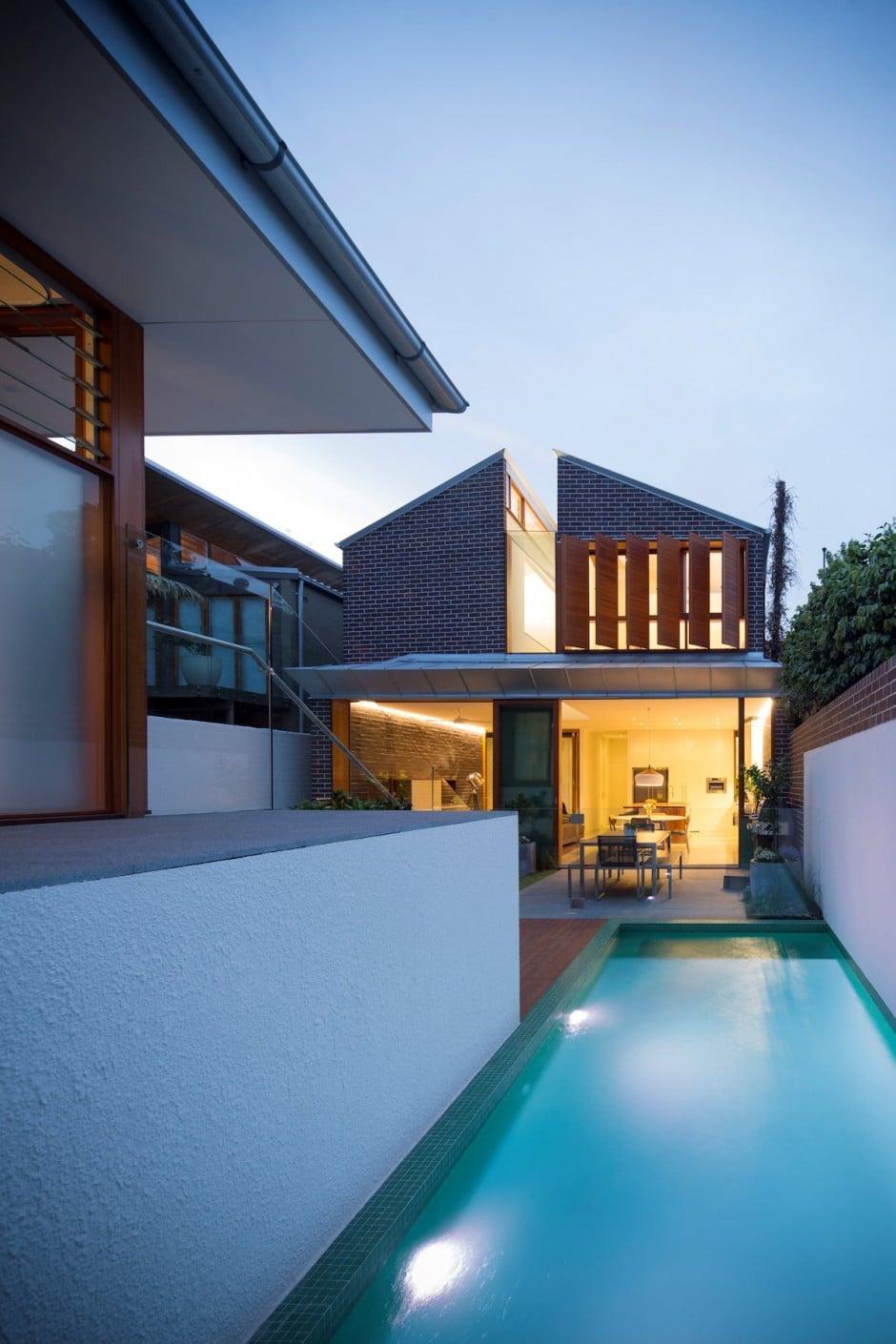 Dise o de casa moderna de dos pisos en terreno largo for Fachada casa 2 pisos