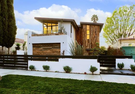 Fachada de casa de dos pisos moderna color blanco y madera