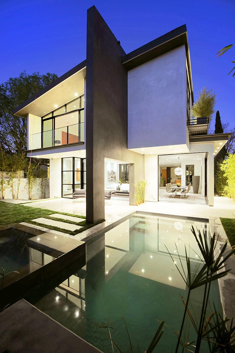 Dise o de casa moderna de dos pisos fachada e interiores for Ver fachada de casas modernas