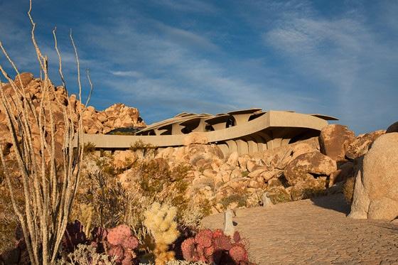 Fachada de casa orgánica se mimetiza en el entorno del desierto