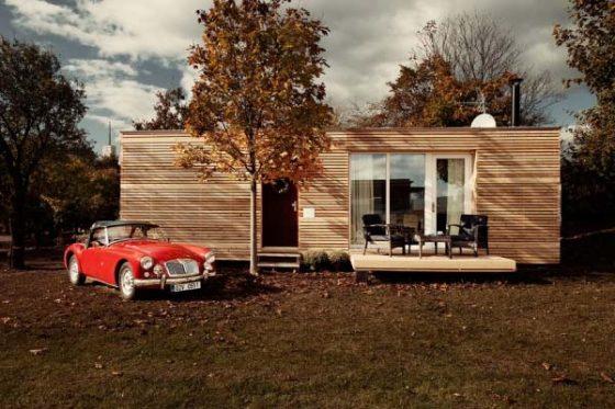Fachada de casa pequeña de madera prefabricada