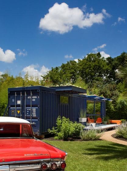 Fachada lateral de casa contenedor azul