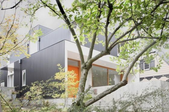 Fachada lateral de vivienda de dos pisos