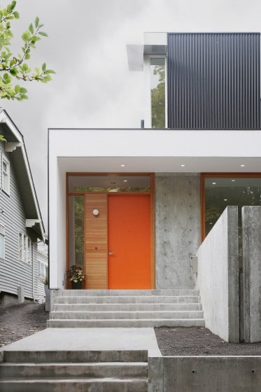 Ingreso principal de casa de dos pisos