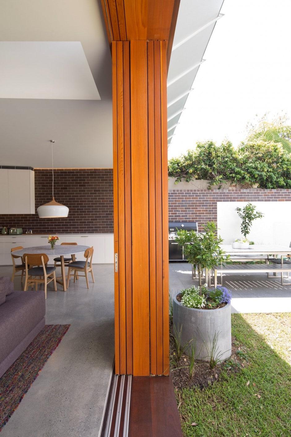Diseño de casa moderna de dos pisos en terreno largo, planos ...