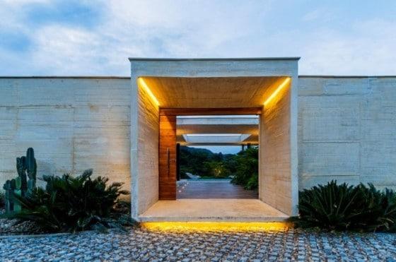 Acceso principal a la vivienda con una gran puerta de madera