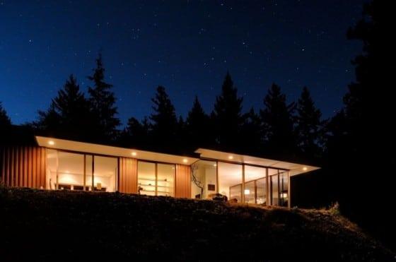 Casa de campo iluminada por dentro