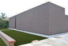 Photo of Planos de casa pequeña de un piso con cerco perimétrico alto, gana visuales al interior y minimiza ruidos