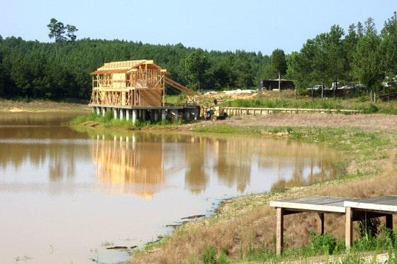 Construcción de casa de madera sobre el lago